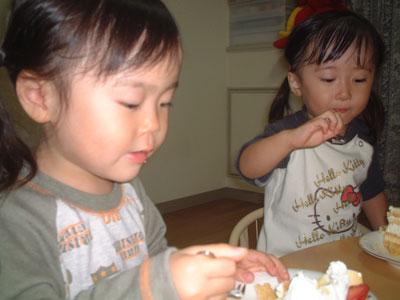 05-1007_momonono_cake_eatin.jpg