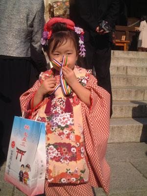 05-1105_Momori_kissing_meda.jpg